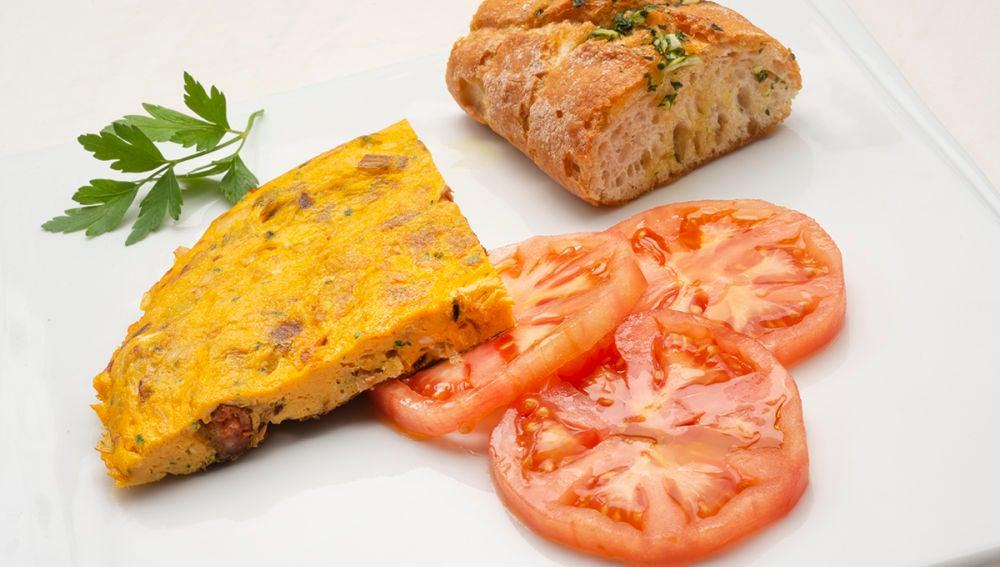 Tortilla de txistorra y puerro con pan de ajo