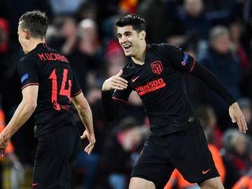 Marcos Llorente y Álvaro Morata celebran un gol en Anfield