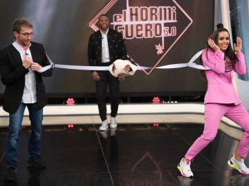 Cristina Pedroche convierte el porteo de bebés en un tirachinas humano en 'El Hormiguero 3.0'