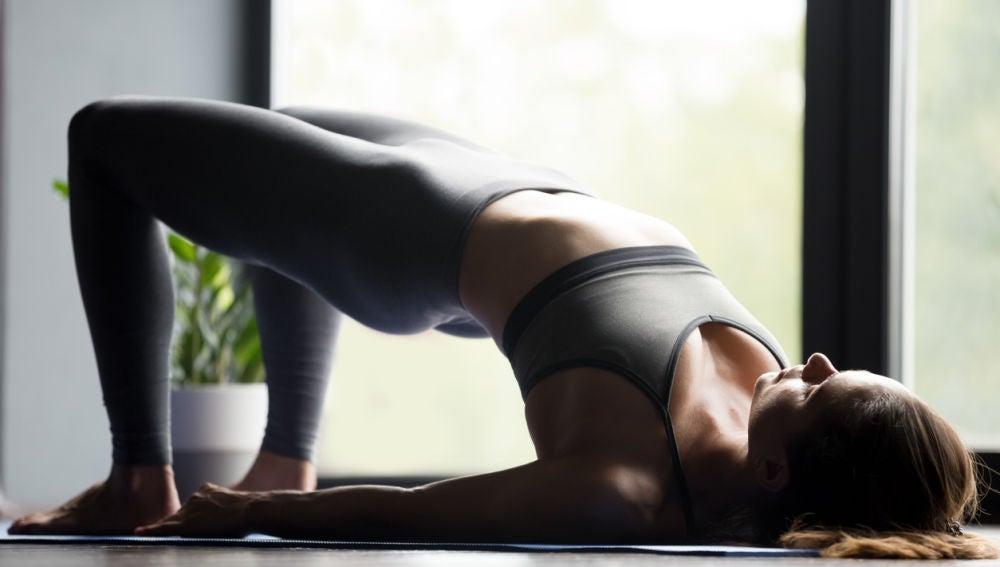 Puente de hombros, un ejercicio para practicar en casa
