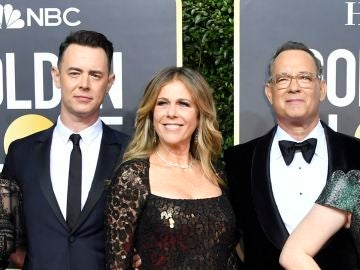 Colin Hanks, Rita Wilson y Tom Hanks en los Globos de Oro