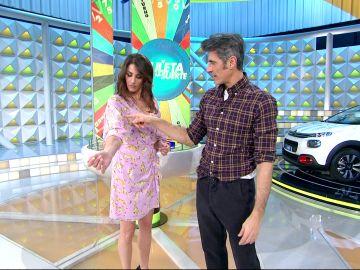 El surrealista vestido de Laura Moure que sorprende a Jorge Fernández en 'La ruleta de la suerte'