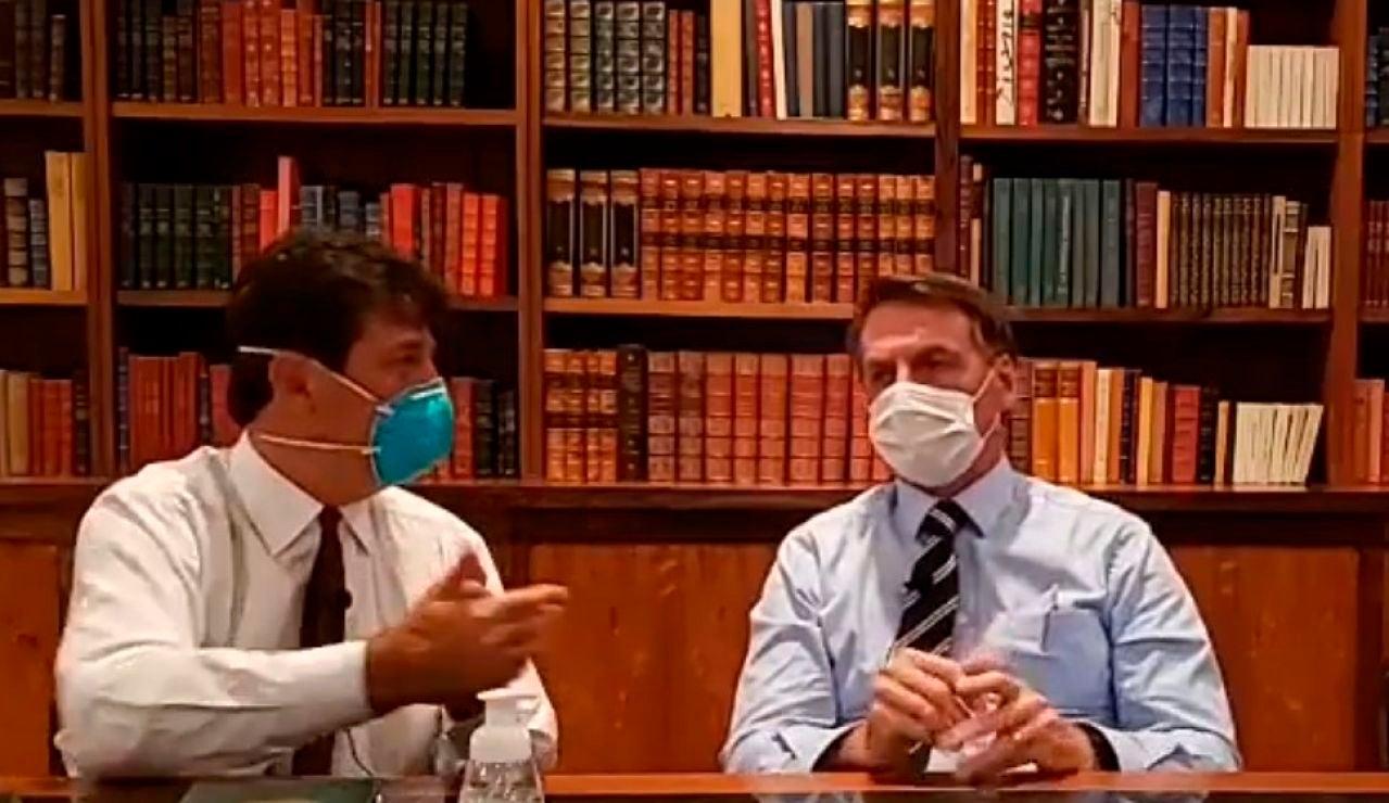 Jair Bolsonaro da una rueda de prensa con mascarilla