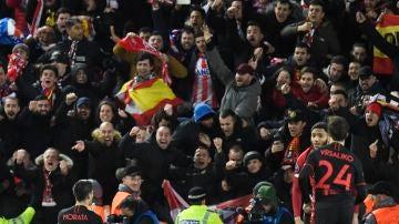 Aficionados del Atlético de Madrid en las gradas de Anfield