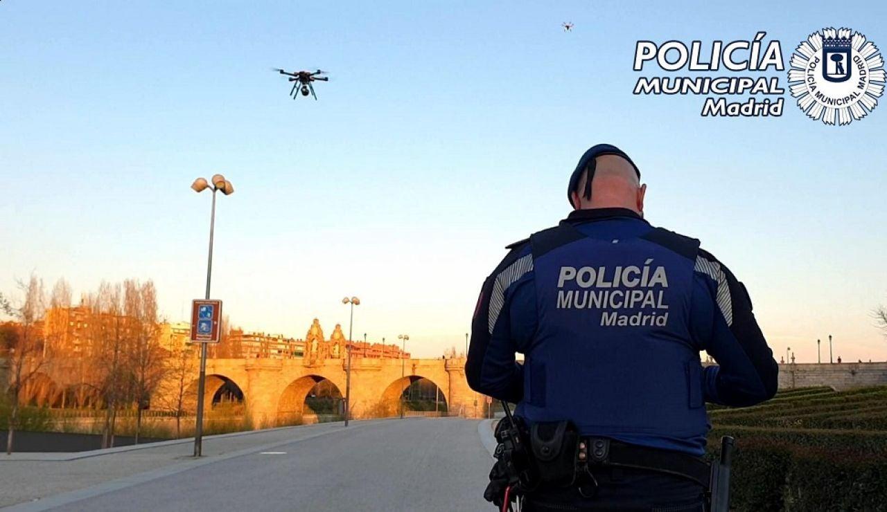 Imagen de la Policía Municipal de Madrid utilizando drones para evitar que la gente salga a la calle por el coronavirus