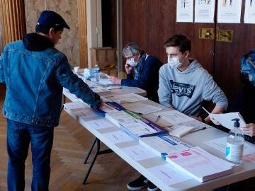 Ciudadano francés votando en las elecciones municipales