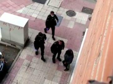 """La bronca de unos agentes a un hombre por salir a la calle en estado de alarma: """"Es algo serio, está muriendo gente"""""""