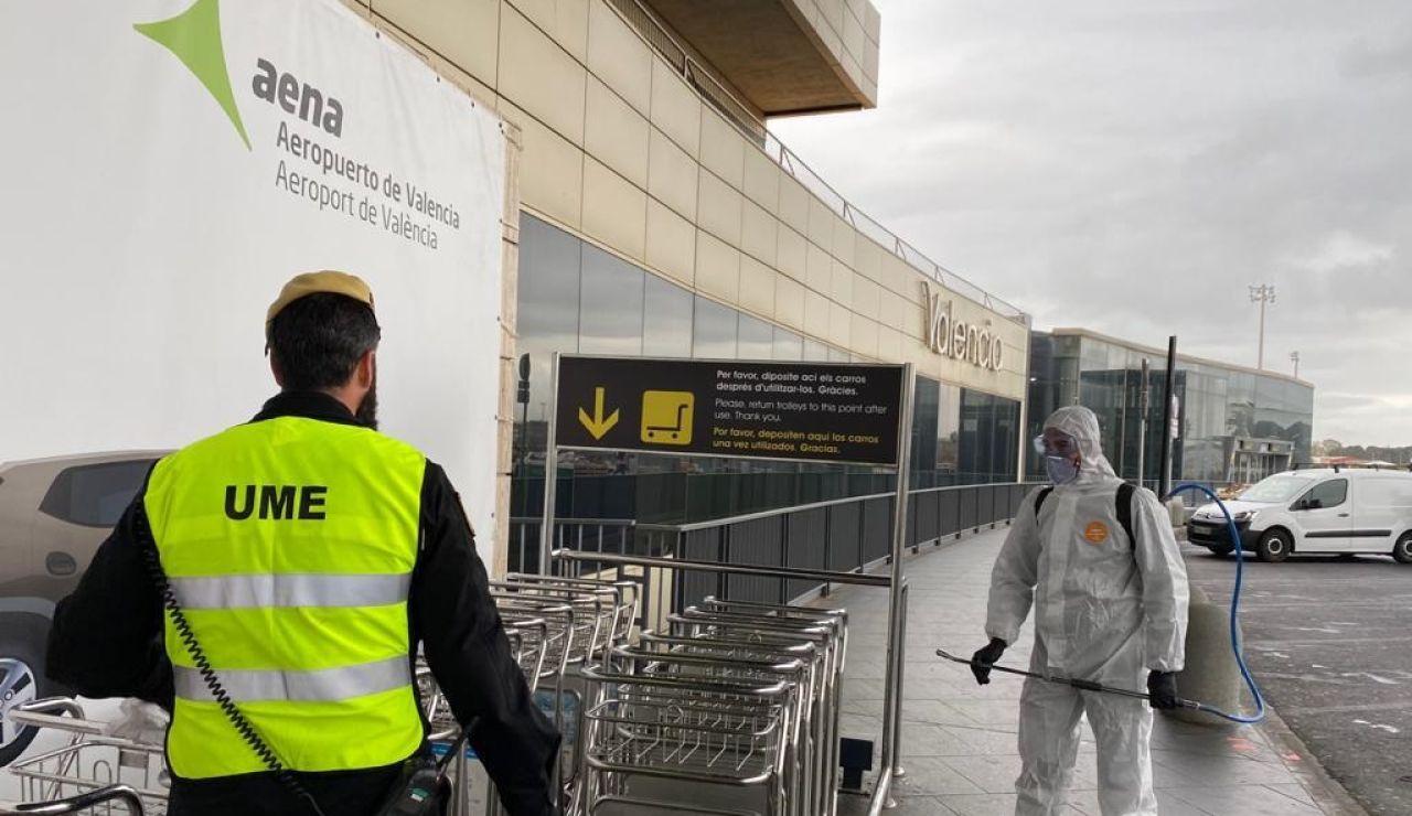La UME desinfecta el aeropuerto de Madrid