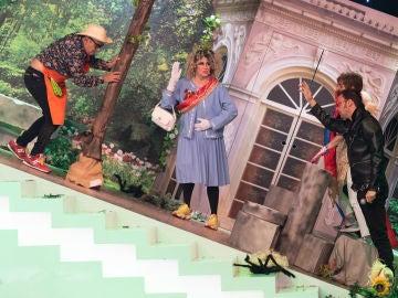 Anabel Alonso se 'lía' con Spiderman ante la reina de Inglaterra en el 'Teatro de pendiente'