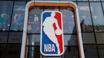 Una tienda de baloncesto con el logo de la NBA