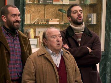 Manolo y sus sobrinos se enfrentan a Pelayo en la Plaza de los Frutos