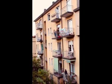 """Italianos cantando """"Bella Ciao"""" desde los balcones"""