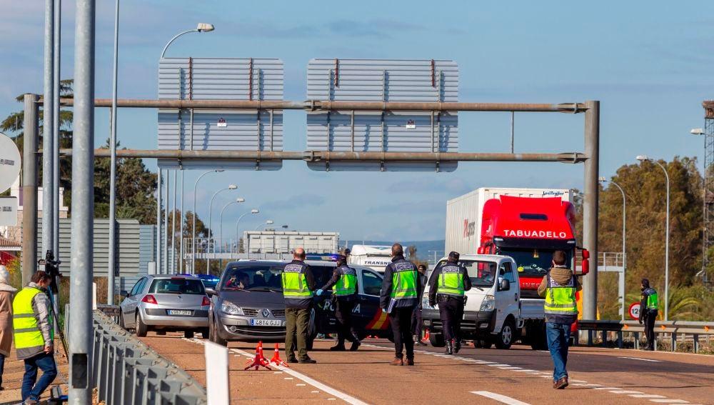 La Guardia Civil y la Policía Nacional impiden el paso de vehículos no autorizados en la frontera de Caya