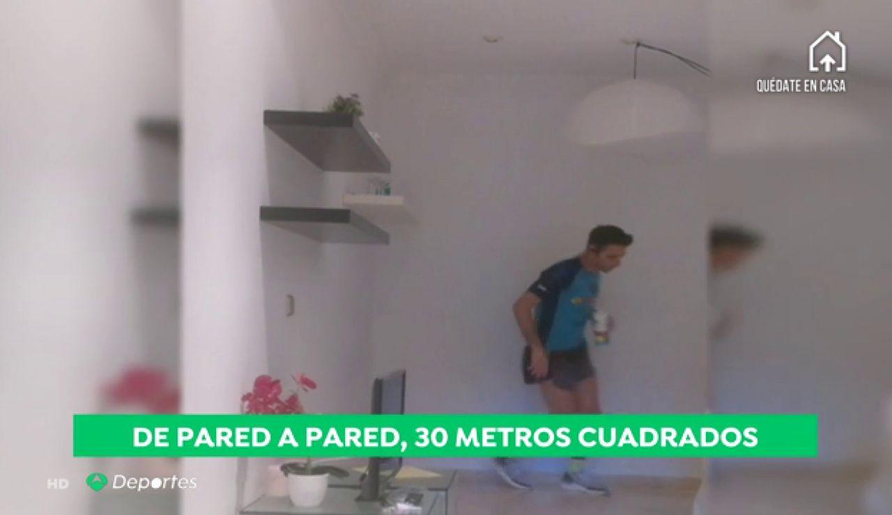Corre 61 kilómetros dentro de su casa como homenaje a los sanitarios españoles que luchan contra el coronavirus