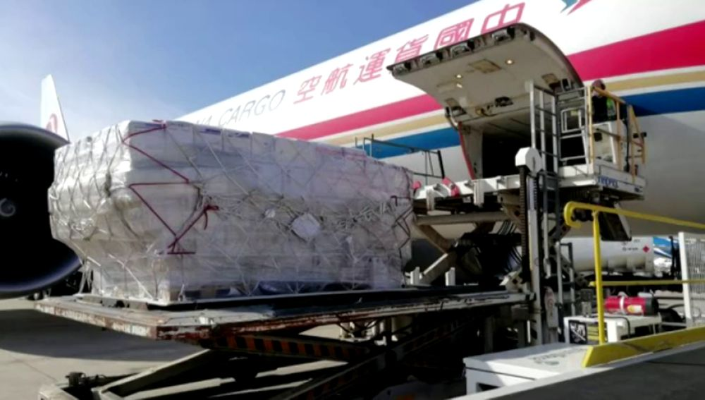 Nuevo reparto de mascarillas contra el coronarirus con un avión procedente de China