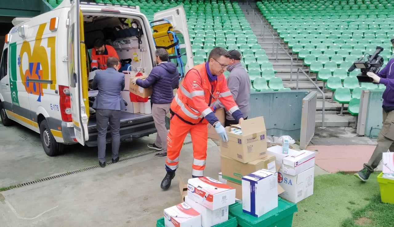 Profesionales sanitarios recogen el material donado por el Betis.