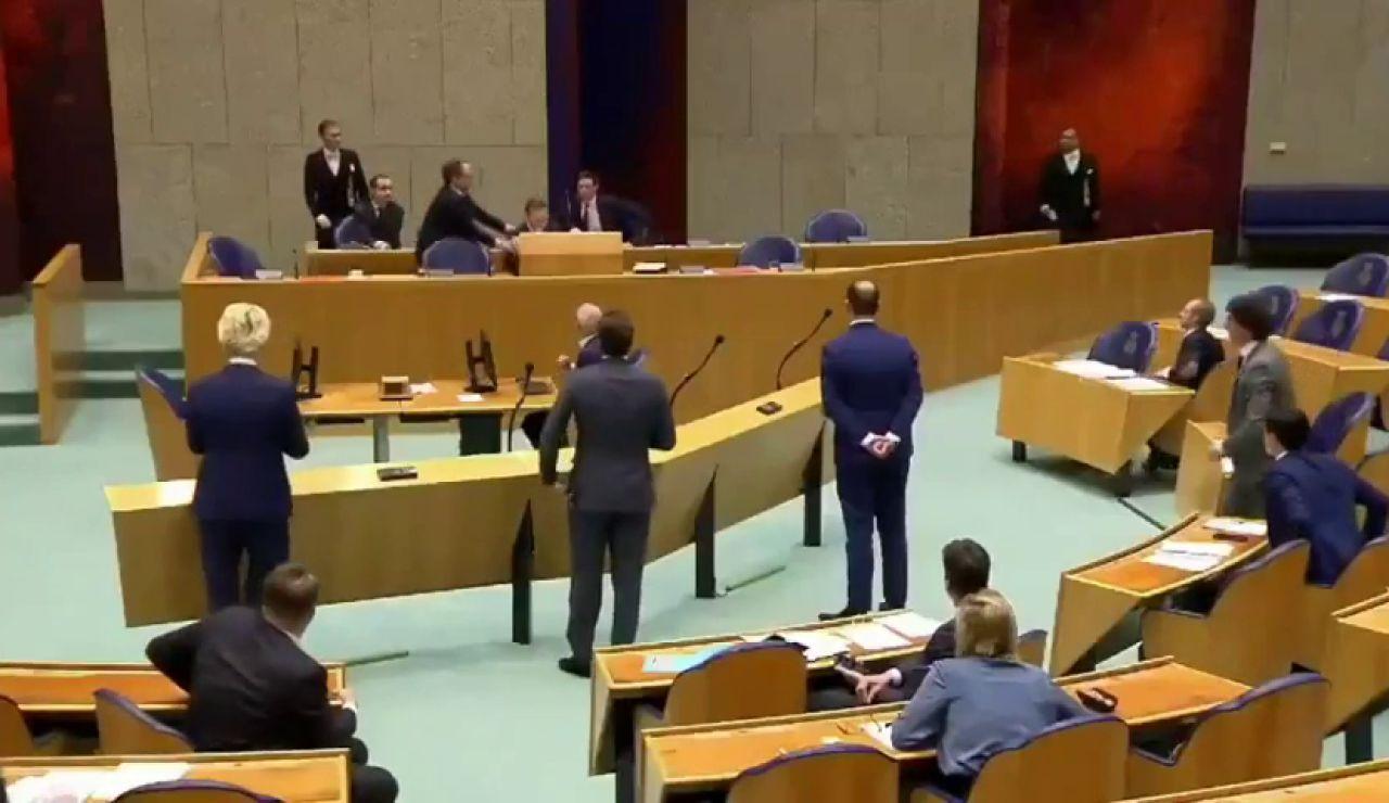 El ministro de Sanidad de Holanda se desploma en el Parlamento por el cansancio acumulado ante la crisis del coronavirus