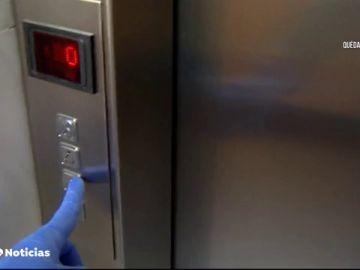 Un anciano le da una paliza a un hombre que se bajó la mascarilla y le tosió en la cara dentro de un ascensor