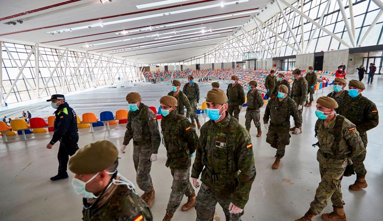 Efectivos del Ejército de Tierra a su llegada a la pista cubierta de atletismo de Sabadell