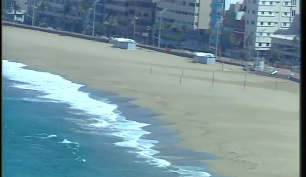 Insólitas imágenes aéreas de la playa de Las Canteras vacía durante el confinamiento por coronavirus