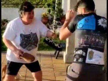 El boxeador Aarón González se entrena a escobazos con su madre en la cuarentena por coronavirus