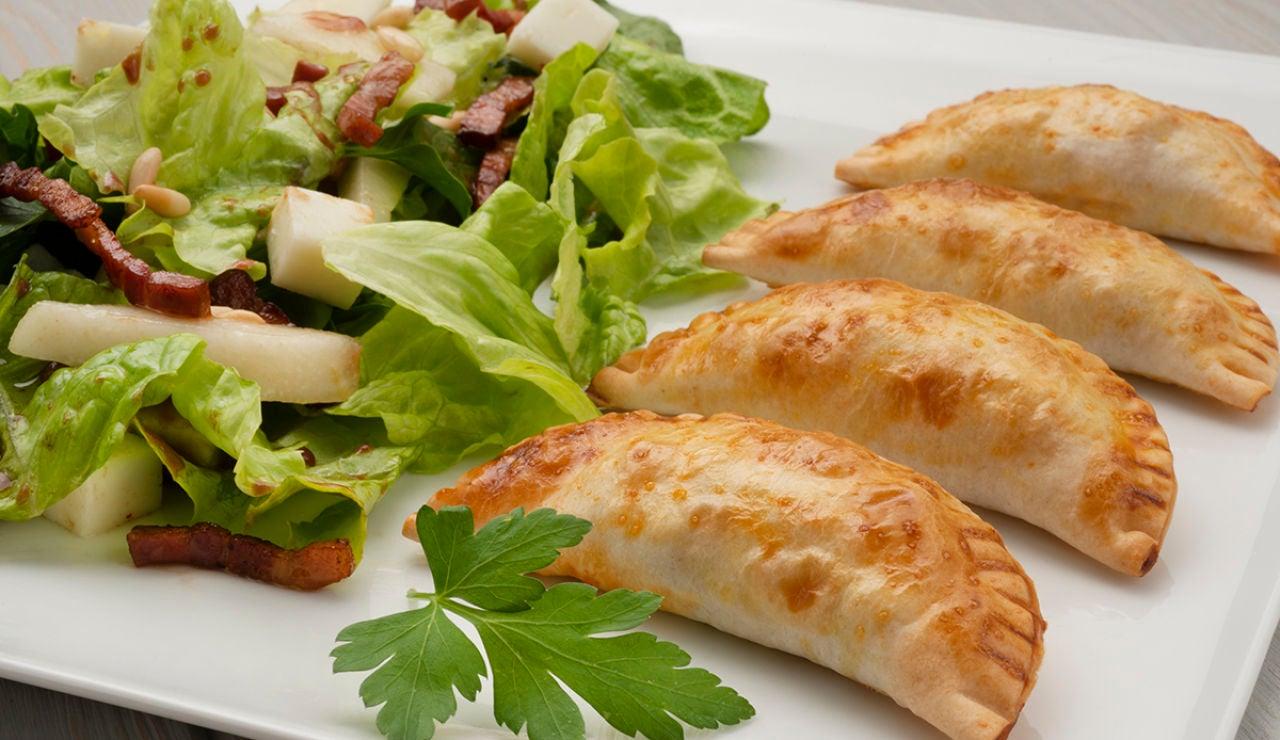 Empanadillas de bacalao al horno con ensalada