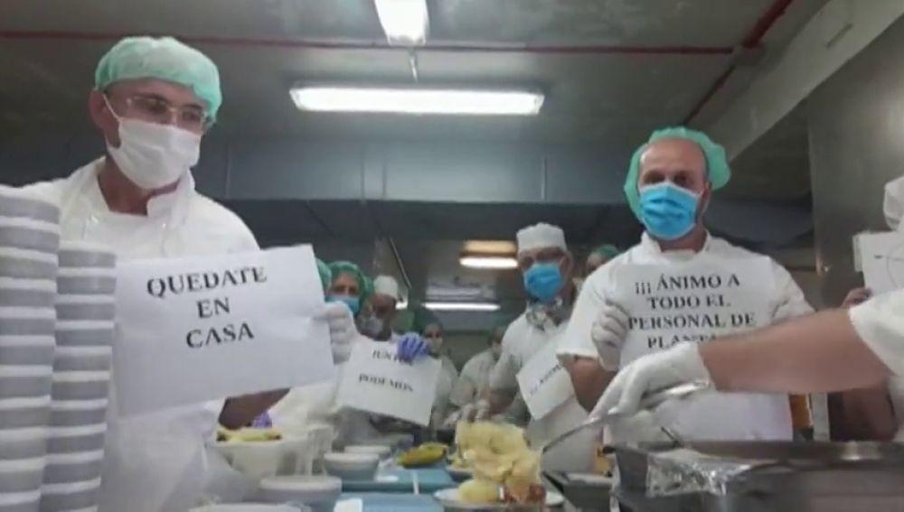 Los celadores, cocineros o el personal de mantenimiento son otros héroes de los hospitales que combaten el coronavirus