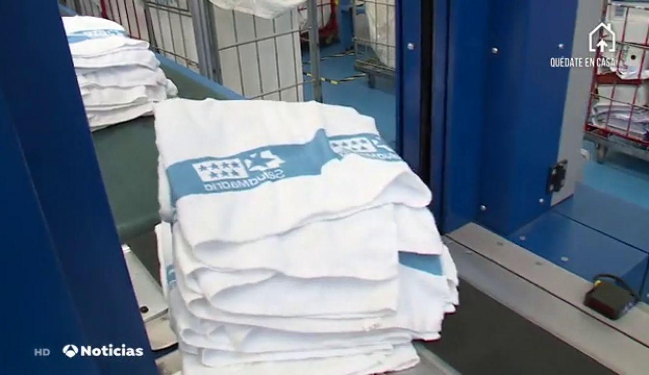 Así luchan las lavanderías contra el coronavirus: cada día desinfectan 20.000 kilos de ropa de los sanitarios