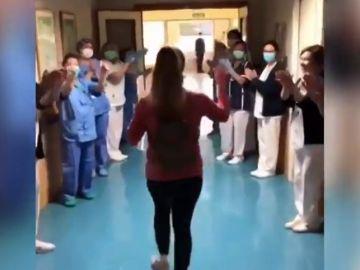La salida triunfal de un hospital de Granada de una mujer embarazada de 37 semanas tras superar el coronavirus