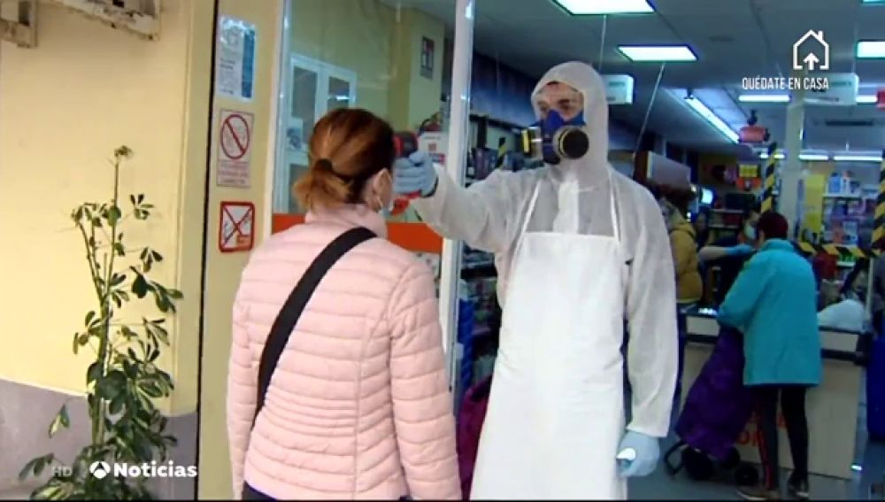 Un supermercado de Torrevieja pone el termómetro a los clientes durante la crisis del coronavirus