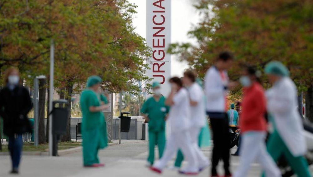 Tránsito de sanitarios frente a Urgencias