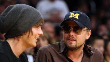 Zac Efron y Leonardo DiCaprio en un partido de los Lakers