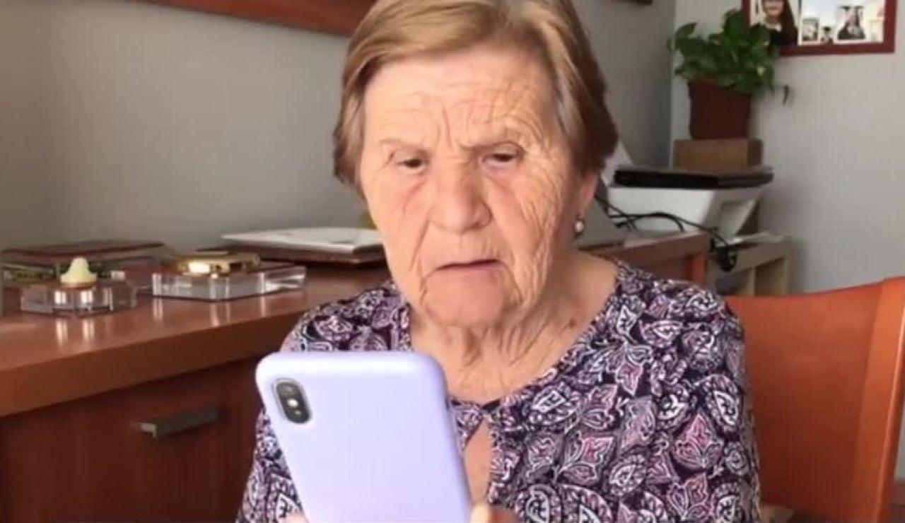 Una abuela aprendiendo a hacer videollamadas