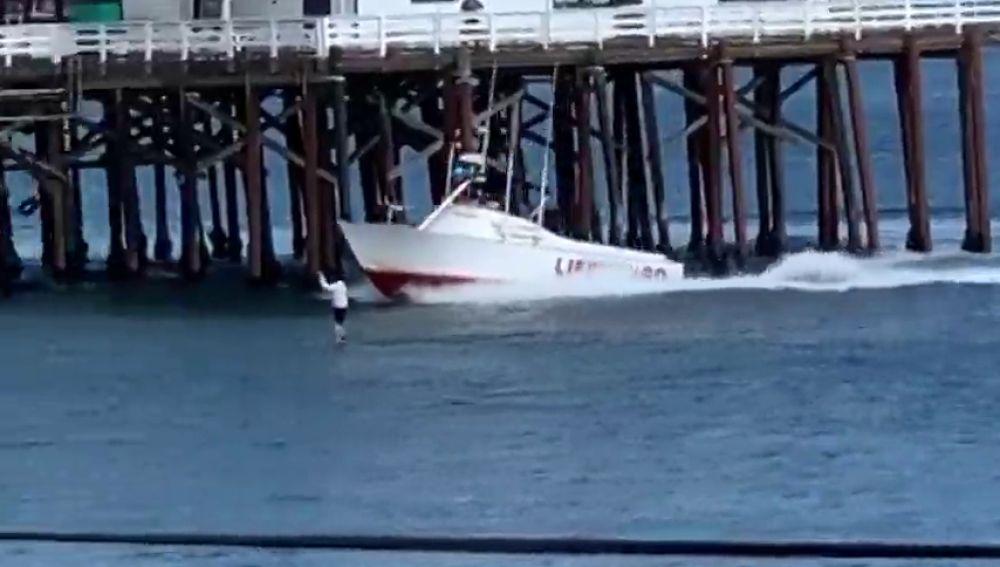 La espectacular detención de un hombre que hacía paddle surf en California en plena cuarentena por coronavirus