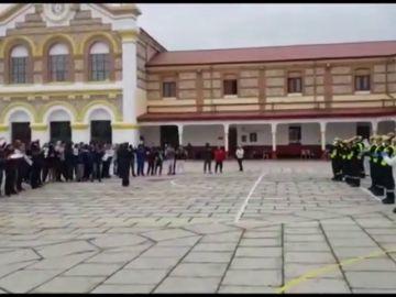 Presos y miembros del Ejército se aplauden mutuamente en Burgos tras la desinfección de la cárcel contra el coronavirus