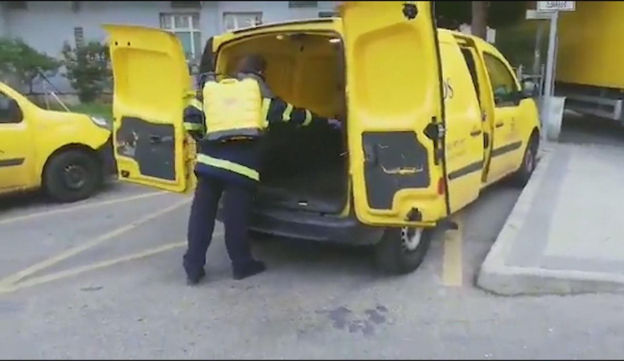 Imagen de un trabajador desinfectando un vehículo de Correos