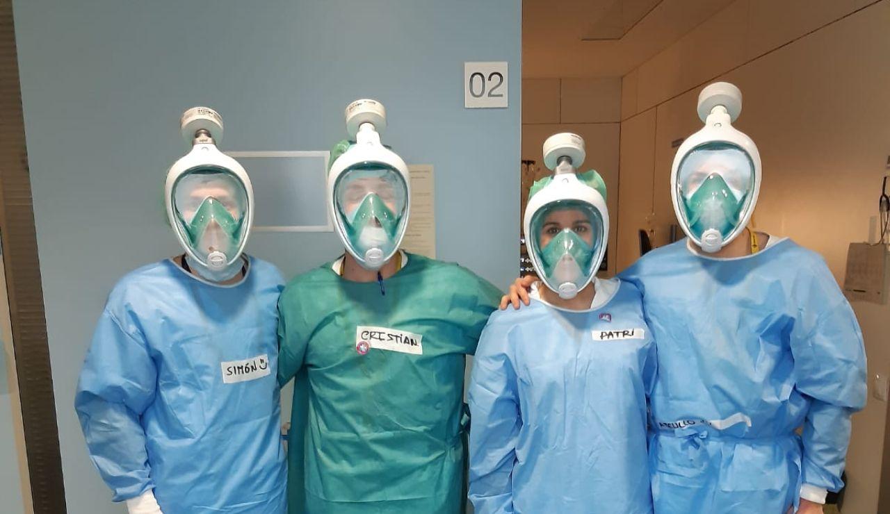 Sanitarios con máscaras de buceo
