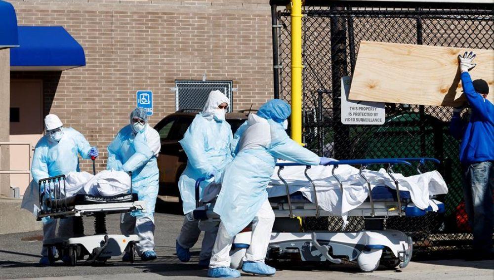 Sanitarios transportan fallecidos por coronavirus