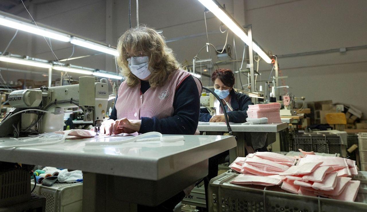 Fabricación de mascarillas en la empresa Errequeerre, en Borriol