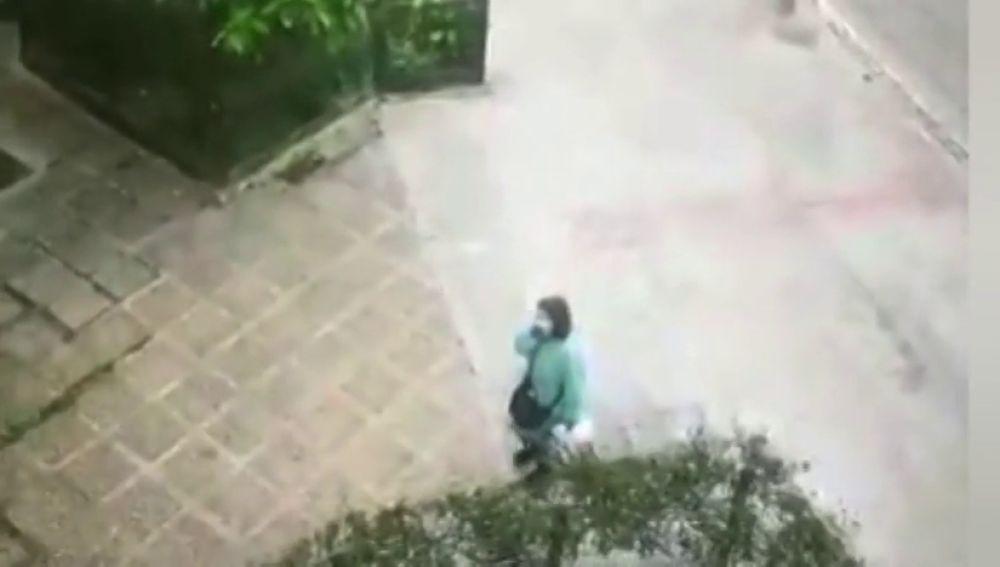 Recibimiento eufórico a una vecina de Triana tras ser dada de alta por coronavirus