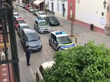 Un autobús urbano simula una procesión de Semana Santa en el centro de Sevilla