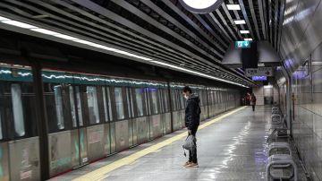 Un hombre en la estación de metro Marmaray en Estambul