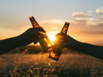 Brindis con cerveza en un campo de trigo