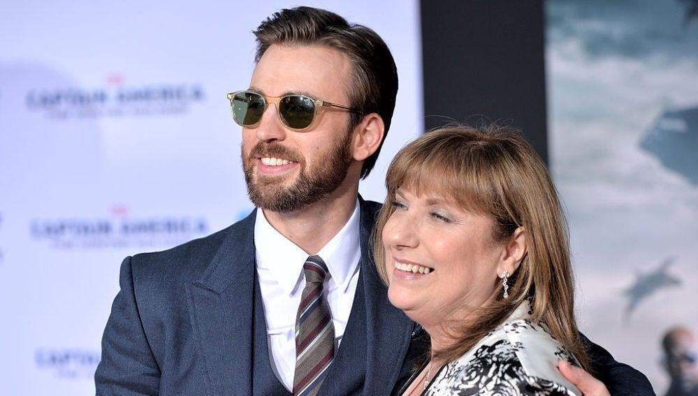 Chris Evans junto a su madre, Lisa
