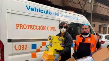 Miembros de Protección Civil muestran las mascarillas donadas por la familia de Denise Pikka Thiem