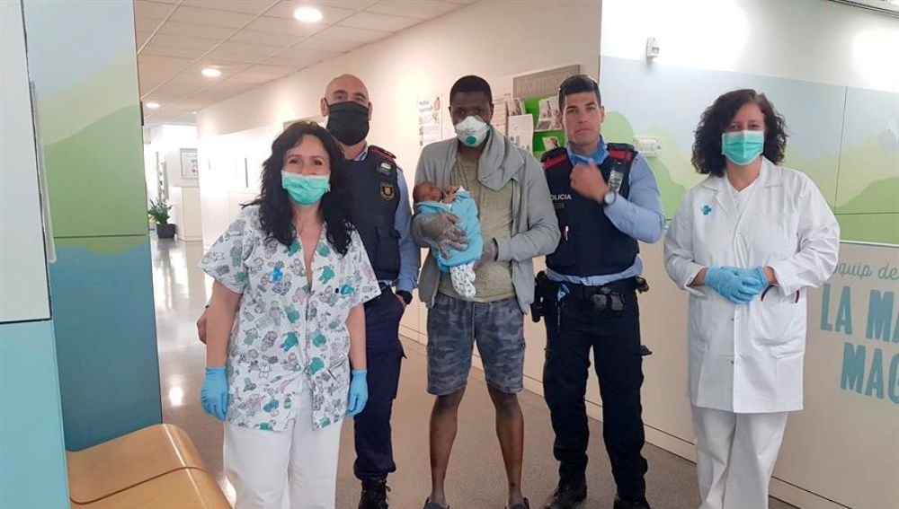 Tres mossos salvan la vida a un bebé en Barcelona