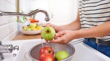 Lavando manzanas
