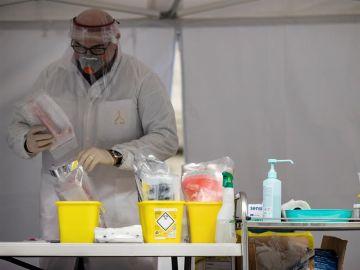 Un médico con test y material sanitario