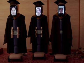 Una universidad de Japón celebra la graduación de cuatro alumnos con robots ante la pandemia de coronavirus