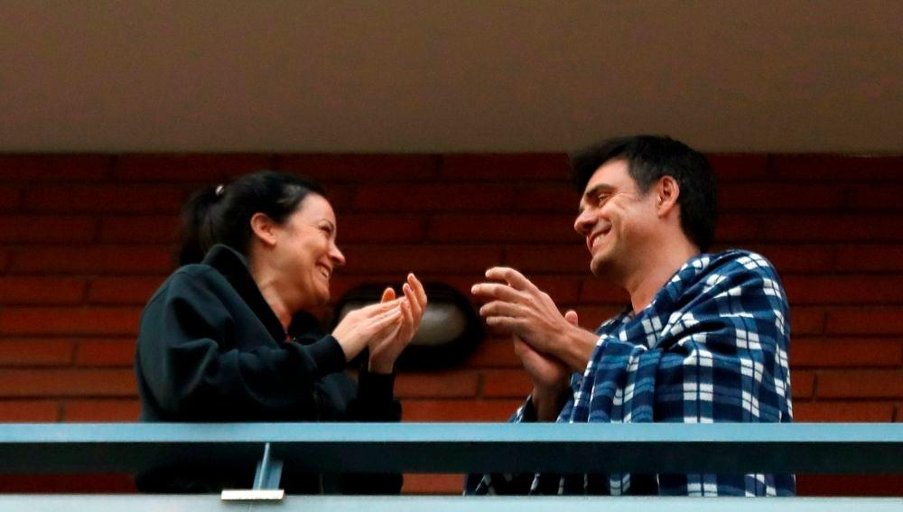 Una pareja en un balcón